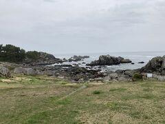 ステキな海岸。  歩いて近くまで行きましたが岩にぶつかる波が激しく、自然の力に畏怖。