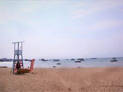 【パタヤビーチは平穏】 曜日によるのか、客足のせいか、砂浜に人いなく、 営業してる椅子&パラソルが少なかった。