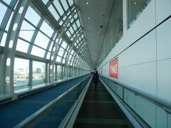 出発は少々遅れたけど14:40、定刻より10分早く羽田空港第2ターミナル到着。 長い通路を移動。