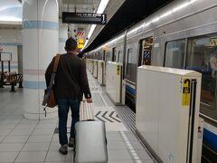 無事到着 荷物をピックアップして 地下鉄で移動します 今回はこのスーツケースで 二人6泊分の荷物を運びます