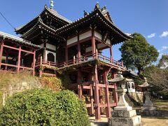 本町通りから脇にそれて、階段の先に西方寺そして右方に普明閣がありました。 ちょっと似ているなぁと思ったが、やはり清水寺を模して建立されたそうです。