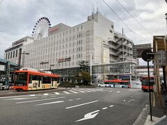 松山市駅に到着。 JR松山駅よりも栄えているような感じ。 県庁所在地などでは鉄道などの交通インフラ系の会社が不動産やスーパーマーケットなどに手を広げ、ほぼほぼ寡占状態なのは地方あるあるでしょう。 地元密着の事業展開といえば聞こえがいいが、結局JR四国の経営が傾いてより不便になるだけな気が...