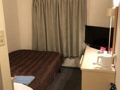 1時間ほど散歩をしてホテルにチェックイン。 繁華街や道後温泉、松山城からも程よい近さです。 路面電車も近いから交通の便もいいです。 部屋は狭いが、いつも通り晩酌して寝るだけだから十分です。