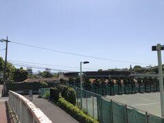 八幡山を下って、小田原城天守が近づいてきました。 右にあるのは小田原競輪場。
