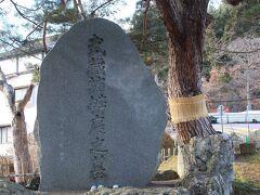 ペダルを踏んでやってきたのは、中尊寺の参道前に鎮座する弁慶の墓。