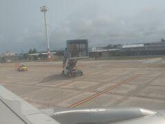 ほぼ定刻通り(10:40)に下地島空港に到着!! タラップがこちらに近づいて来ます。何だかカワイイ。
