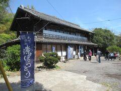 「中の家」の「東門」を抜けると隣はすぐ「麺屋忠兵衛 煮ぼうとう店」になります。 渋沢家の大番頭さんが住んでいた家屋を利用しています。
