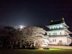 松前城で花見と月見。桜は染井吉野。月はピンクムーン。