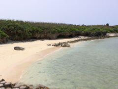 妹の案内で下地島へと戻って来ました。 (下地島と伊良部島はお隣同士) 私が17エンドには行った事が無かったので、連れて来てくれたようです。 下地島空港の直ぐ近くに小さなビーチと綺麗な海が広がります。