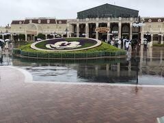 雨なので入園まで時間がかかるかも、ということで、ランドホテルなので入口は目の前ですが、8時半にはホテルを出て並びました。  雨だから寒いっ! 家族全員ポンチョ、折り畳み傘2本で参戦しましたが、出だしからなかなか大変でした^^;
