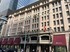 「高」の文字が旗めく立派な建物、日本橋高島屋。
