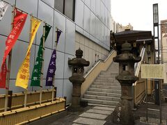 甘酒横丁へ向かう途中。ビルが立ち並ぶ中にひょっこりお寺がありました。