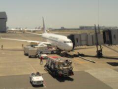 羽田空港に到着。 4番ゲート。  11:00時。