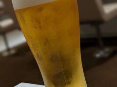 那覇空港へ戻り、ANAラウンジへ。 那覇ではまだビール飲めました。