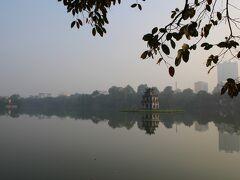 """この都会の中にある広々とした湖がホアンキエム湖。  """"湖還劍""""という漢字名にもあるように、15世紀初頭、中国の明に支配されていたベトナム(大越)において、豪族の一人であった黎利(レロイ、黎朝太祖、在位:1428-33年)がこの湖に住む亀から剣を授かり、明軍を駆逐して1428年に黎朝を創始した後、再び姿を現した亀にその剣を還したという伝説が伝わる湖となっています。"""