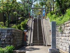 隣に瀬田玉川神社あり.急階段です.  瀬田玉川神社HP: https://tamagawajinja.jp/service.html