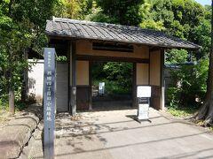 遠回りしてようやくたどり着いた,斜面の下の旧小坂邸緑地裏門.