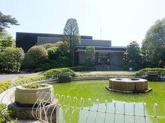 左には静嘉堂文庫美術館. こちらも休館中です.  静嘉堂文庫創設百周年記念事業で1992年に新たに静嘉堂文庫美術館が開館し,古典書・古美術品はこちらの美術館に移された.そして,収蔵品は2022年に東京・丸の内の明治生命館内に移転が予定されている(ここでは来客者が少ないからでしょうか).