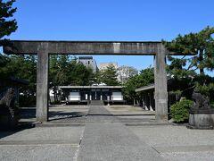 公園の奥に福井神社、第2次世界大戦で焼失したため、昭和32年に再建されたもので普通の神社とは造りが随分異なります。