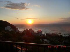 「伊東園ホテル熱川」:朝日が見れました。