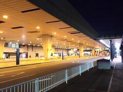 今日の旅の始まりは早朝の成田空港から。 年末年始に実家へと帰省していた妹を車で送って行ったのでした。 いつもなら昼夜問わず日本人や外国人観光客で賑わう成田空港は 早朝ということを差し引いても、閑散としているのでした・・・