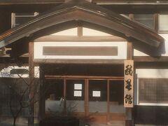 積善館入口。千と千尋の神隠しの聖地で有名な温泉宿です。本館は古く、新館は山の上にあり、綺麗な大浴場もあります。