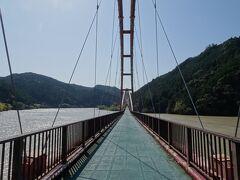橋の幅は線路1本分。 強風に煽られながら対岸目指して歩く。