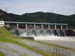 やはり先ほどカードを頂きながら現地を見ていない船明ダムを訪れました。 9門あるゲートの多くから水が放流され、なかなか迫力ある光景です。