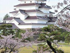 【2021/04/16(金)快晴→くもり】 鶴ヶ城のソメイヨシノはやっぱり葉桜寸前。 今回は喜多方の「日中線のしだれ桜」に照準を合わせて企画した旅なので、全てのスポットにベストを望むのは所詮、虫のいい話なので仕方ありません。  日中線のしだれ桜はこれ以上は無いと思える青空と満開の華やぎで迎えてくれたので、鶴ヶ城の桜が辛うじてピンクの花びらも留めていてくれたのはそれだけでも嬉しいことです。