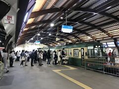 では、では江ノ電で  空いてる~ 通常のGWなら乗るのに改札から大行列 ダイヤは軒並み遅延