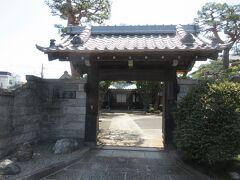 天桂寺の墓地隣に建つ海雲寺。 交通量と人通りが多い青梅街道から100mほど南に行った、閑静な住宅地に建っています。1611年に八丁堀に創建、その後、浅草に移転、1910年に現在の地に移ってきた歴史があります。山門は江戸城にあったもので、木造の本堂同様、趣が感じられました。
