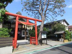 青梅街道・梅里2丁目交差点角のジョナサン横を入って100mほどの住宅地に建っつ猿田彦神社。 赤く大きな鳥居、木造の立派な社殿、社殿奥の大道教本部と書かれた建物から構成されています。本部への参道と本部周辺は、大きく成長した木々に囲まれていて厳かな雰囲気が感じられました。たくさんのおみくじが巻き付かれていた様子から、地元の人を中心に多くの人から篤く信仰されている姿が伝わってきました。