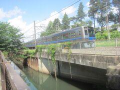 西武新宿線に沿って西へと向かう 線路との間に流れるのは石神井川
