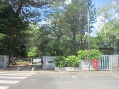 駅から10分ほど歩いて、武蔵関公園に到着しました 入口の説明によれば、ここ武蔵関公園は、昭和13年に西武鉄道と武蔵関公園建設協賛会から約1.4万坪が公園地として寄付されて東京市立の公園として開園