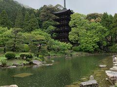 自宅を朝7時過ぎに出発。山陽自動車道路をひた走り、途中、福山SA、宮島SAで途中休憩をとり、お昼過ぎにやっと山口市に到着しました。  瑠璃光寺の五重塔。 京文化と大陸文化が融合した傑作。 奈良の法隆寺、京都の醍醐寺と並ぶ日本三名塔だそうです。 華奢な感じの塔ですね。  こちら、無料のボランティア観光ガイドさんもいらっしゃいました。 雨がしっかり降っていて、観光にはイマイチだったので利用せず。お天気が良かったらね~。