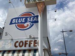 さらにベースサイドストリートを南下し、「BLUE SEAL アイスクリーム」へ。