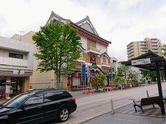 権堂のアーケードの正面には北野文芸座。 歌舞伎小屋ですかね?