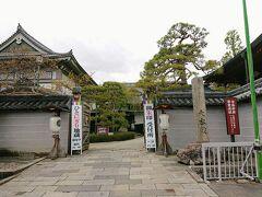 参道脇の大本願というお寺の前を抜けます。