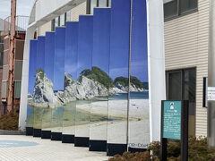 さて、ホテルの送迎で宮古駅に送ってもらいます。 駅前にも浄土ヶ浜のオブジェが。