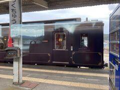 陸中野田駅でこれまた豪華な車両とすれ違い。 なんとカタール王国からの寄付(震災前らしいです)で作られたそうです。