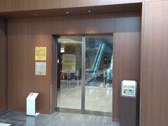 保安検査場を抜けて伊丹空港の制限エリアにやってきました。 本日は、伊丹空港のサクララウンジを利用します。