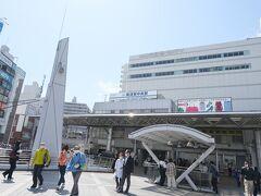 品川を出て約40分。びゅんびゅん飛ばして横須賀中央駅へ到着です。横須賀の中心地なのでなかなかの賑わいですね。