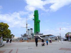 しばらく歩いて、記念艦三笠の広場へ。 ちょうど新兵装搭載の工事をしておりました。 (↑ウソです。保存工事です。)