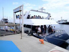 今日は観光客の数も多く、猿島航路の船は臨時便も出ていました。  13時30分の船に乗ります。