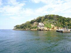 目的地の猿島に到着。  ー 猿島 ー  横須賀市に属し東京湾に浮かぶ無人島で、縄文・弥生時代の石器や人骨などが発掘され、日蓮に纏わる伝説が残るミステリーアイランド。 幕末には江戸の防衛拠点として幕府により台場が築かれ、明治以降は陸軍・海軍の管轄下のもと東京湾要塞として猿島砲台が構築されました。 この島が実戦の舞台になることはありませんでしたが、自然の地形を利用して作られた煉瓦造りの要塞跡が今でも残り、人気の観光スポットとなっています。