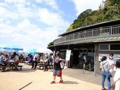 桟橋近くに管理棟や売店があり、猿島観光の拠点となっています。食事やバーベキューもできるため多くの人で賑わっており、無人島感が全くなくなっちゃっていますが、そこは目を瞑りましょう(笑)  では、猿島探検へ出発!