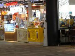 ビアーズパパ 吉野屋など日系の店舗まで入っていてバラエティにとんでます。 ドーナツ大量購入者の姿もちょくちょく