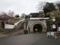 右手に見える立派な坑門を持つトンネルが気になったので見に行ってみると鶴形山隧道と呼ばれるトンネルでした。1926年に皇太子の倉敷行啓を記念し訪問後に掘ったトンネルです。1971年に改修を受けているのですが、坑門はそれより前のデザインな気もします。 このトンネルのある山は鶴形山と呼ばれ、左手に見える観龍寺や阿智神社が置かれています。