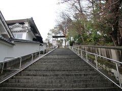 うわーこの階段は辛い・・・。旅行初日ならともかく最終日でしかも結構歩いた後。元々倉敷の低地は海だったのが干拓などで陸地になり、この上にある阿智神社の場所などが島だった場所と聞きました。それもあるのでとてもしんどい階段でした(´・ω・`)。