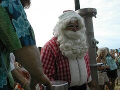 【2006年】ワイキキビーチ  ワイキキビーチにサンタさんが来ていました♪ 暑いハワイでもクリスマスツリーやサンタさんを見るとクリスマス感がありますね!